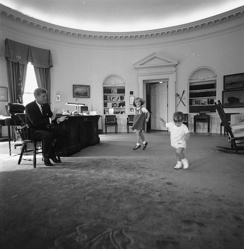 Magyar Éremkibocsátó Kft. - John F. Kennedy és gyermekei / Forrás: jfklibrary.org